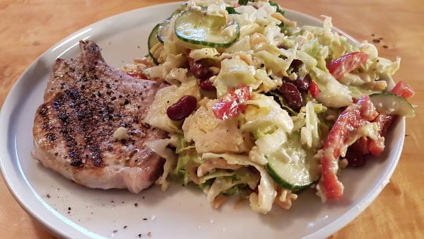 Schweinekoteletts mit Salat