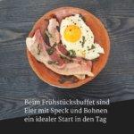 Beim Frühstücksbuffet sind Eier mit Speck und Bohnen ein idealer Start in den Tag